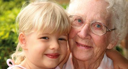 Photographie d'une grand-mère accompagné de sa petite fille