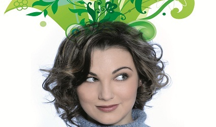 Photographie de plantes poussant sur la tête d'une femme.