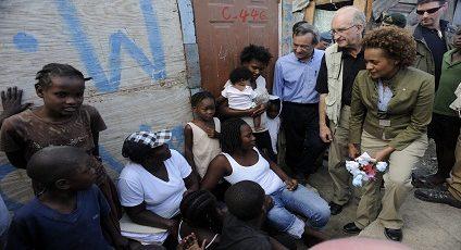 Photographie de Michaëlle Jean.avec des Haitiens.