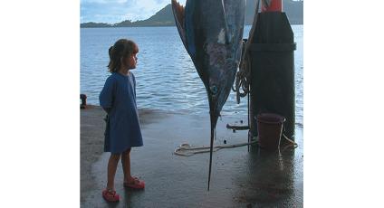 photographie d'une jeune fille avec un espadon.