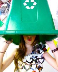 Image d'une jeune fille avec un bac de récupération sur la tête.