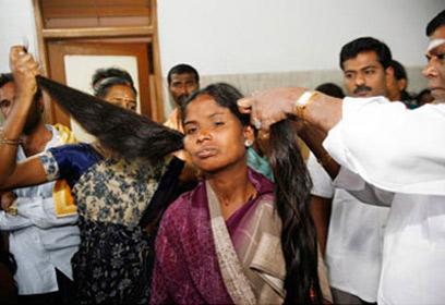 Photographie d'une jeune indienne se faisant couper ses longs cheveux