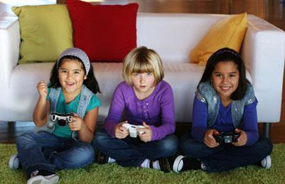 Photographie de 3 fillettes jouant aux jeux vidéo.