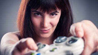 Jeune femme tenant une manette de jeux vidéo