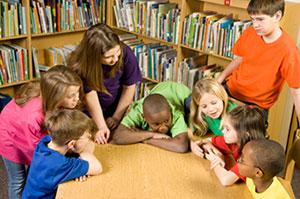 Groupe d'enfants autour d'une table qui discutent.