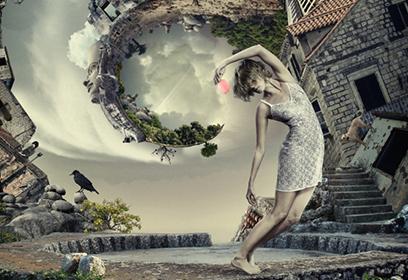 Photographie tourbillonnée d'une femme dans un vieux village.