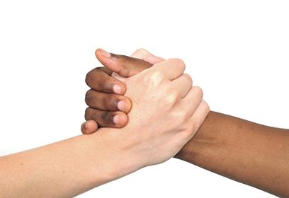 Deux mains qui se serrent. Une est blanche et l'autre est noire