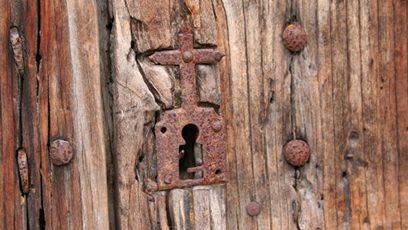 Photographie d'une croix sur un cadenas