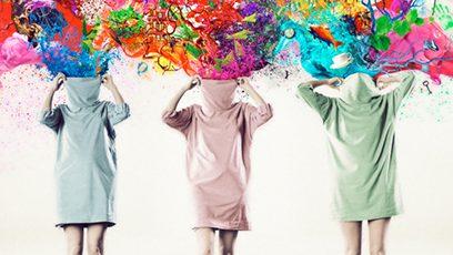Femmes avec une explosion de peinture colorée qui leur sort de la tête
