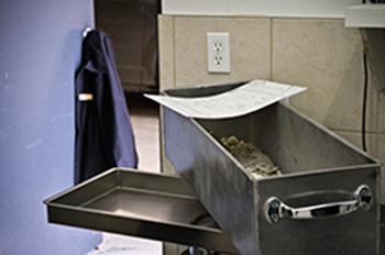Photographie de cendres humaines dans un coffre au salon funéraire.