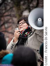 Photographie de Mélissa Mollen-Dupuis en train de manifester