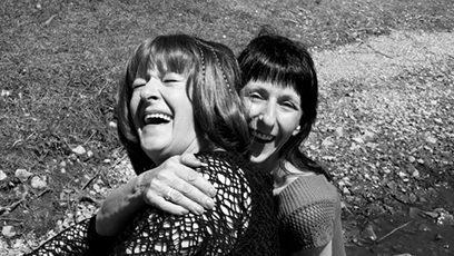 Photographie de deux femmes qui s'amusent ensemble
