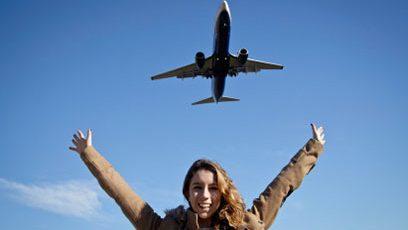 Photographie d'une femme sous un avion
