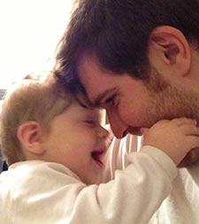 Photographie de Mathieu Boily et son bébé.