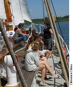 Photographie d'étudiantes sur un voilier.