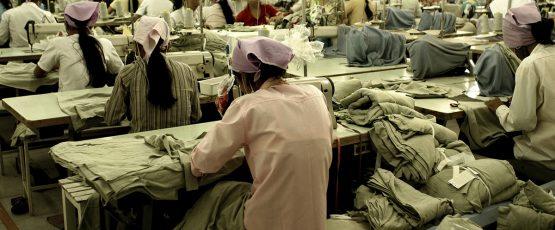 Femmes travaillant dans une usine de vêtements.