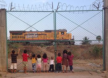 Photographie d'enfants regardant le train Bestia.