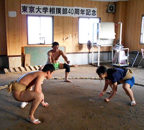 Anna Fujita prend position et s'élance contre son adversaire.