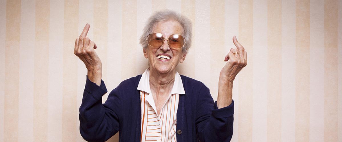 Vieille femme faisant des doigts d'honneur.