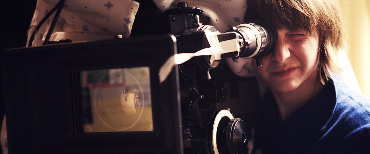 Jeunes femmes réalisatrices derrière la caméra.