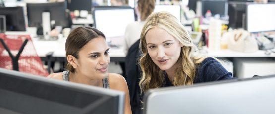 Deux femmes d'affaires travaillant sur ordinateur.