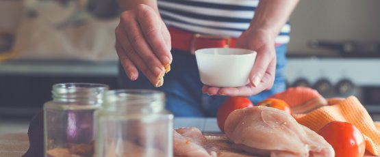 Jeune homme préparant un repas.