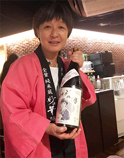 Photographie de Rumiko Moriki, productrice de saké.
