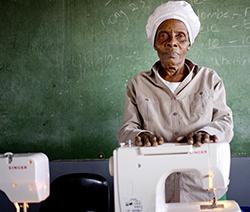 Grand-mère devant une machine à écrire.