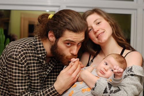 Photographie de Catherine, Mathieu et leur enfant.