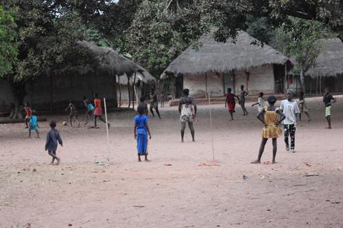 Enfants jouant au ballon