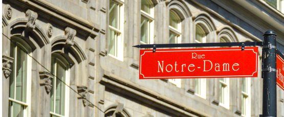 Rue Notre-Dame inscrit sur une plaque de rue rouge.
