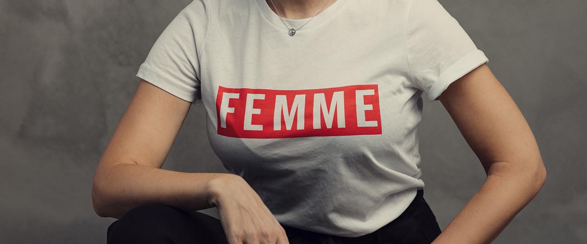 Le mot Femme est inscrit sur un Tshirt blanc.